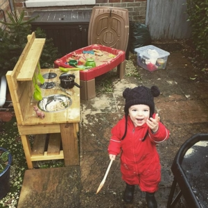 Messy Sunday play with the @muddychefmudkitchens kitchen